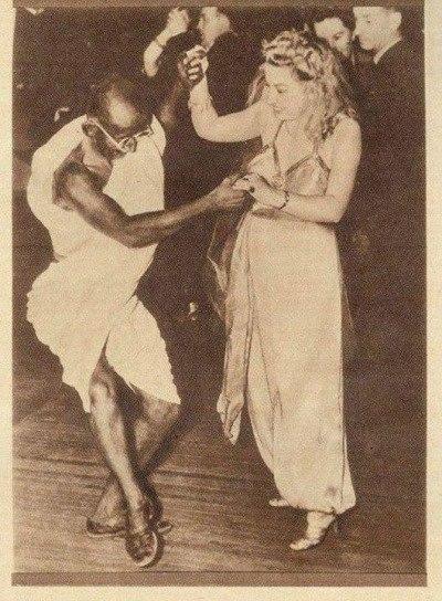 Танцующий Махатма Ганди.