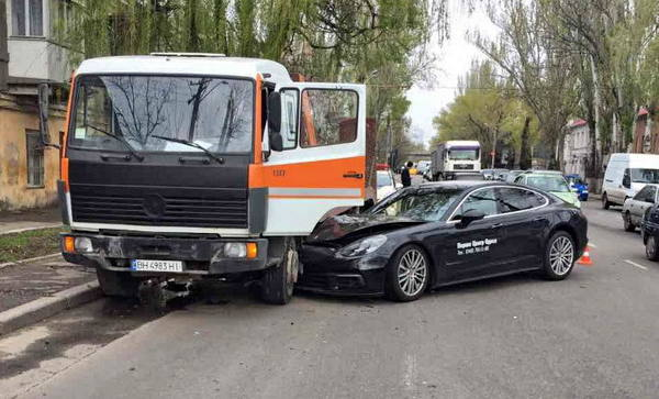 В Одессе во время тест-драйва разбили Porshe за 3 млн гривен ДТП, Одесса, Fail, Porsce, Эвакуатор, Седой 20-ти летний водитель