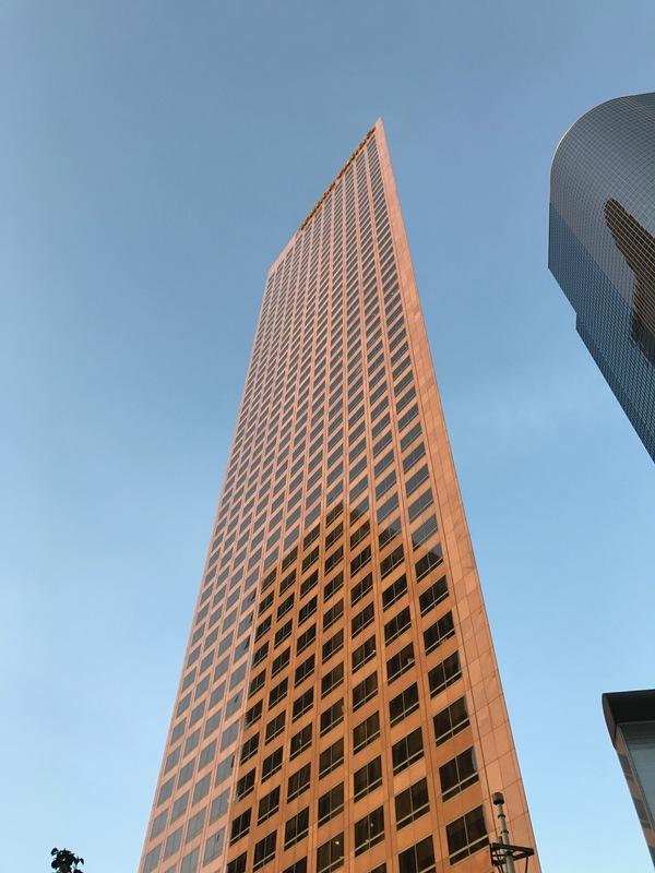 Под этим углом этот небоскреб выглядит абсолютно плоским