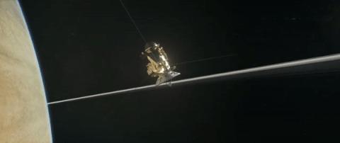 Зонд «Кассини» впервые пролетел между Сатурном и его кольцами наука, новости, Кассини, гифка