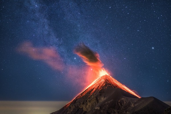 Извергающийся вулкан на фоне Млечного Пути Фотография, Вулкан, Млечный Путь, Гватемала, Извержение, Небо