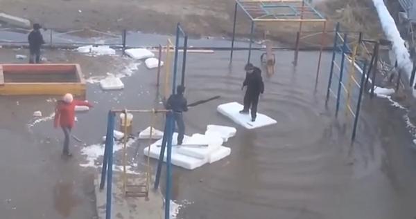 Дети и лужа в Якутске Якутск, дети, лужа, детская площадка, Видео