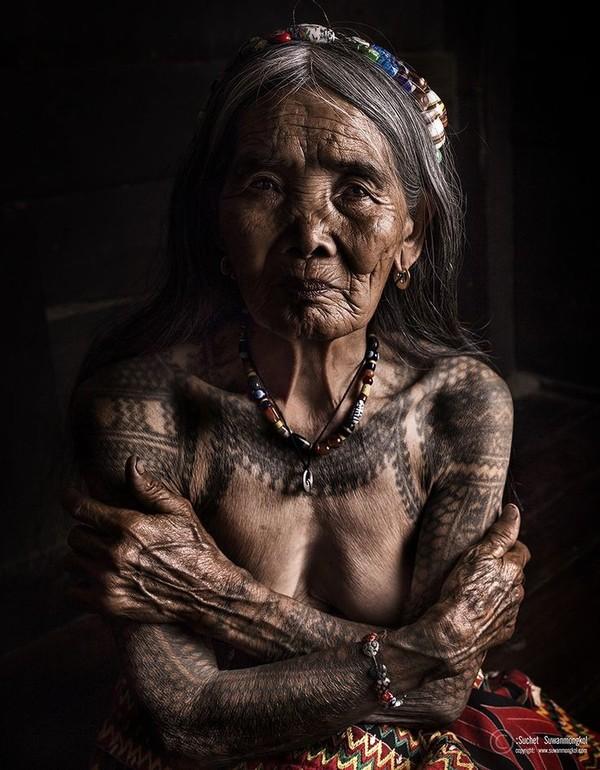 Самая пожилая татуировщица в мире. 100 летняя женщина даст фору молодым! мастера татуировки, 100 лет, филиппины, среднепост, длиннопост