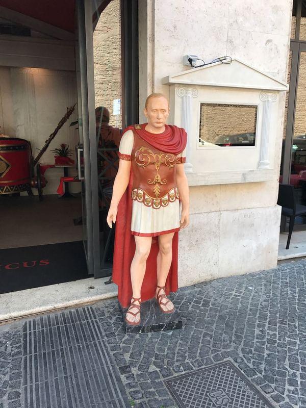 Возле одного ресторанчика в Италии. Путин, Обама, Италия, длиннопост