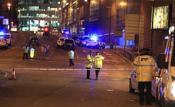 При взрыве на концерте в Манчестере погибли десятки человек, несколько сотен пострадали взрыв, ariana grande, Англия, Манчестер, терракт?, видео, длиннопост