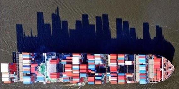Тень корабля похожа на городской горизонт