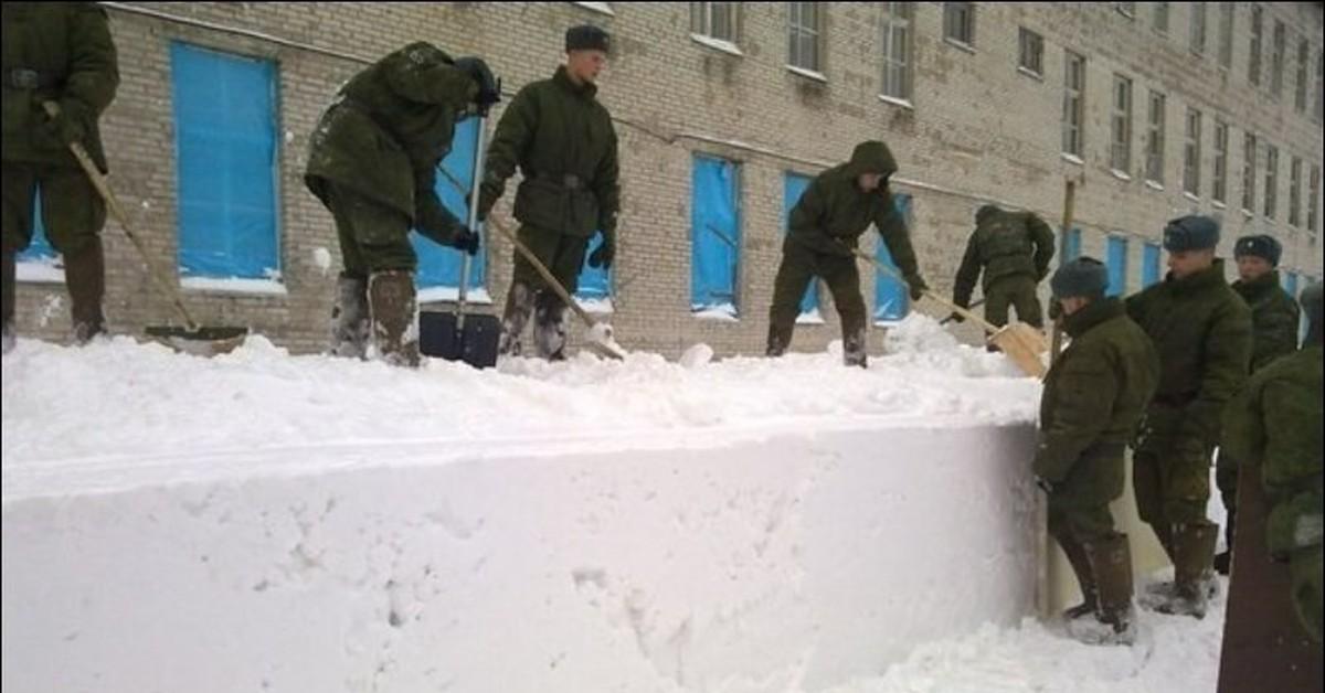 Патриотическая передовица: Два солдата и лопата заменяют коммунальщикам уборочную технику