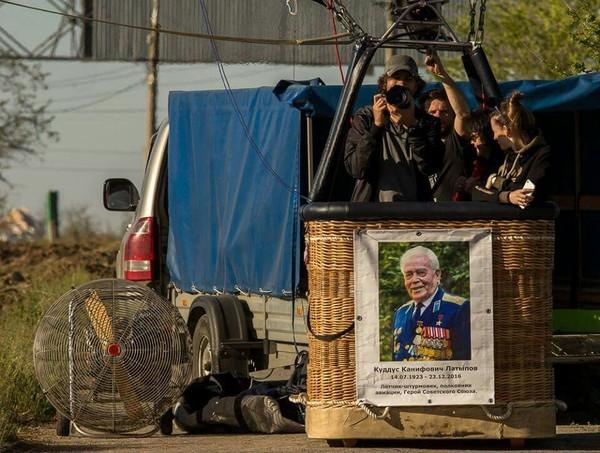 Пилот из Москвы 9 мая пролетел на воздушном шаре с портретом своего деда лётчика-штурмовика над статуей Родины Матери в Волгограде. воздушный шар, 9 мая