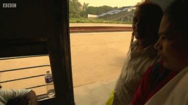 Индийский парень забегает в поезд на большой скорости