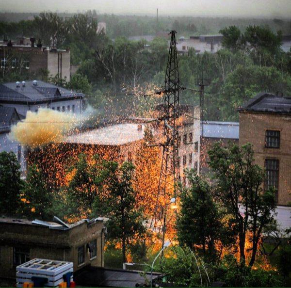 Сорванную ветром часть крыши стукнуло об опору ЛЭП ( Королёв, Московская область, 29.05.2017)