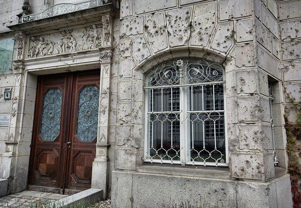 Пулевые отверстия на здании в Берлине, со времён Великой Отечественной войны