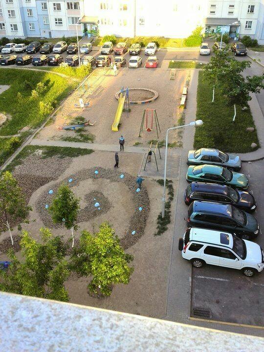 """Минчанин """"высадил"""" на детской площадке камни и организовал себе парковку Минск, Беларусь, Авто, Не мое, Длиннопост"""