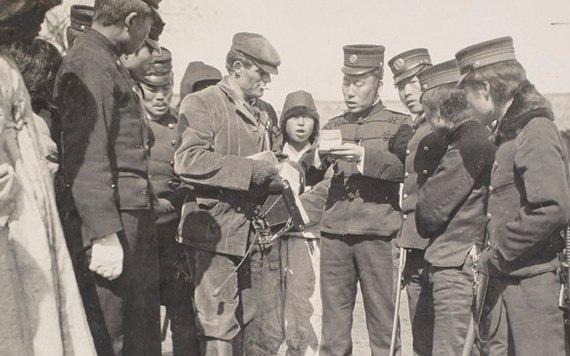 Японский офицер проверяет документы у военкора Джека Лондона, Корея, 1904 год. История, Япония, Россия-Япония, Война, Фотография