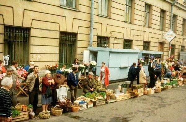 """Частная торговля у метро """"Владимирская"""""""