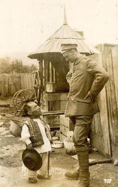 Немецкий солдат разговаривает с румынским жителем, 1917 год.