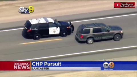 Полицейский ювелирно останавливает преступника.