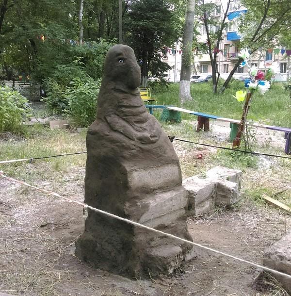 А у нас во дворе ждун, двор, мемы, скульптура, Россия, Комсомольск-на-Амуре