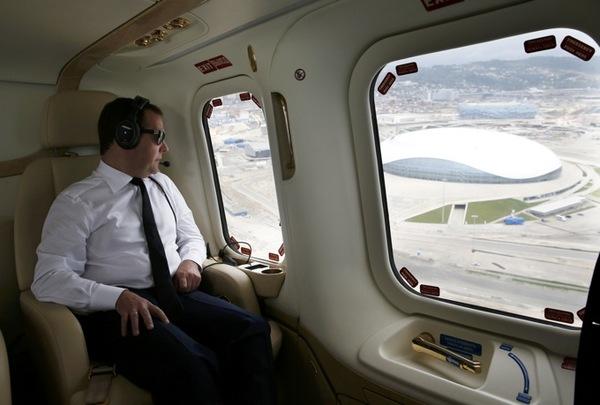 Самолёты не могли сесть в Шереметьево из-за Медведева Шереметьево, Дмитрий Медведев, Самолет, Премьер-Министр, Вертолёт, Задержка, Новости, Политика