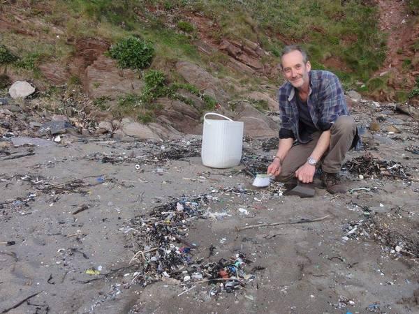 Роб Арнольд - собрал 35 мешков мусора и отсортировал его. Получилось довольно интересно. Фотография, Длиннопост, Мусор, Пляж, Мешки, Интересное