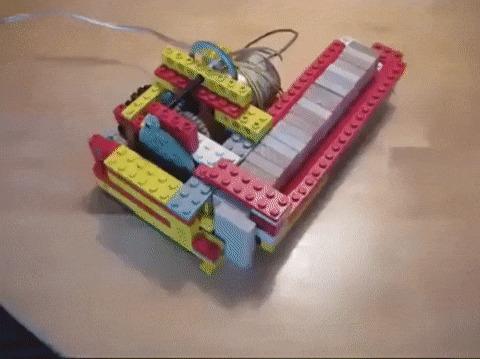 Lego-машина по расстановке домино в ряд.