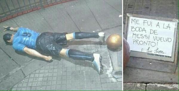 """Вандал в Уругвае свалил статую Суареса и написал: """"Я был на свадьбе Месси, скоро вернусь"""""""
