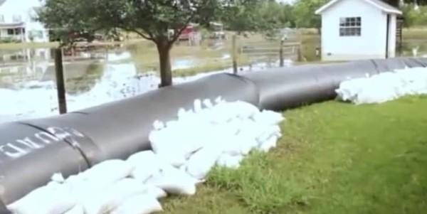 Житель Техаса потратил $8300 на пластик для спасения дома от наводнения потоп, дамба, длиннопост