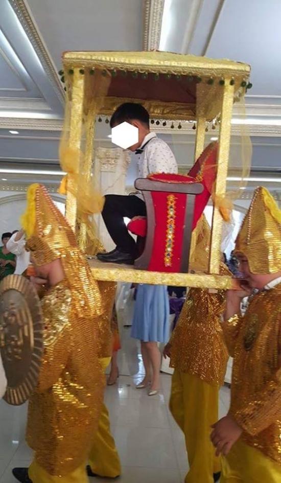В Атырау мальчика носили на золотом троне и задарили подарками за поступление в школу Казахстан, Той, 1 класс, Школа, Атырау, Длиннопост