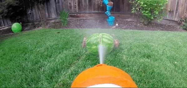 Бывший инженер NASA собрал гигантский водяной пистолет, который может разрезать даже арбуз.