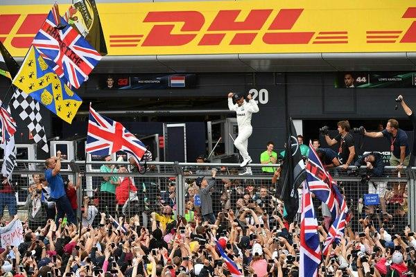 16 июля в Сильверстоуне состоялась гонка Гран-при Великобритании, по итогам которой победу одержал пилот «Мерседеса» Льюис Хэмилтон! Формула 1, Льюис хэмилтон, Победа, Празднование, Мерседес, Длиннопост