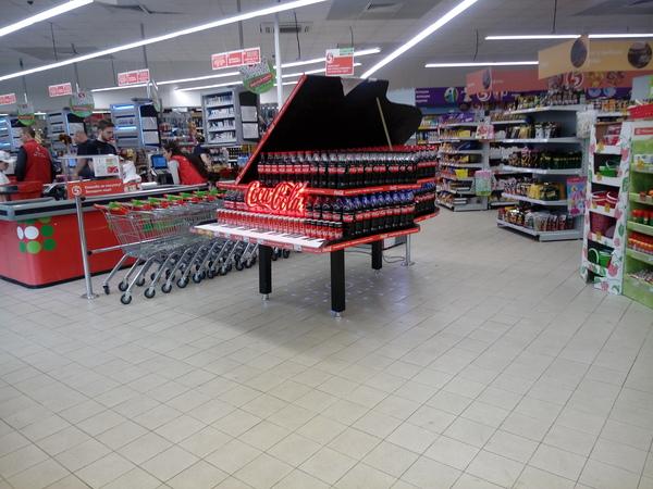 Выкладка Coca Cola в магазине Пятерочка. пятерочка, Кузьминки, Москва, coca-cola