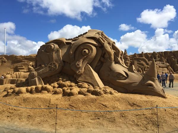 Впечатляющая скульптура из песка