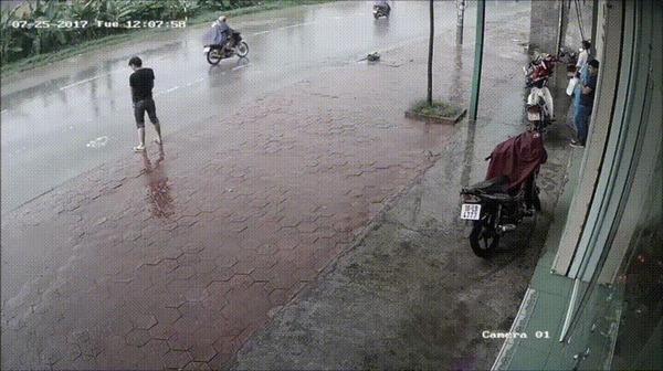 Парень решил справить нужду прямо на улице, его ожидал сюрприз от водителя Вьетнам, карма, Моча, гифка