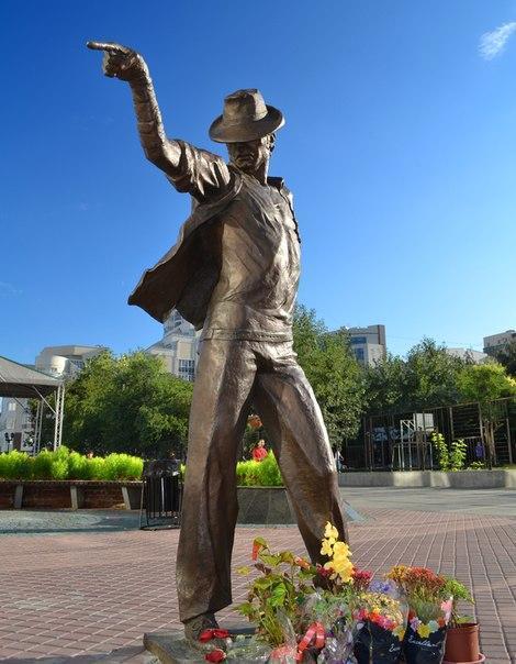 Памятник Майклу Джексону открыли в Екатеринбурге  Новости