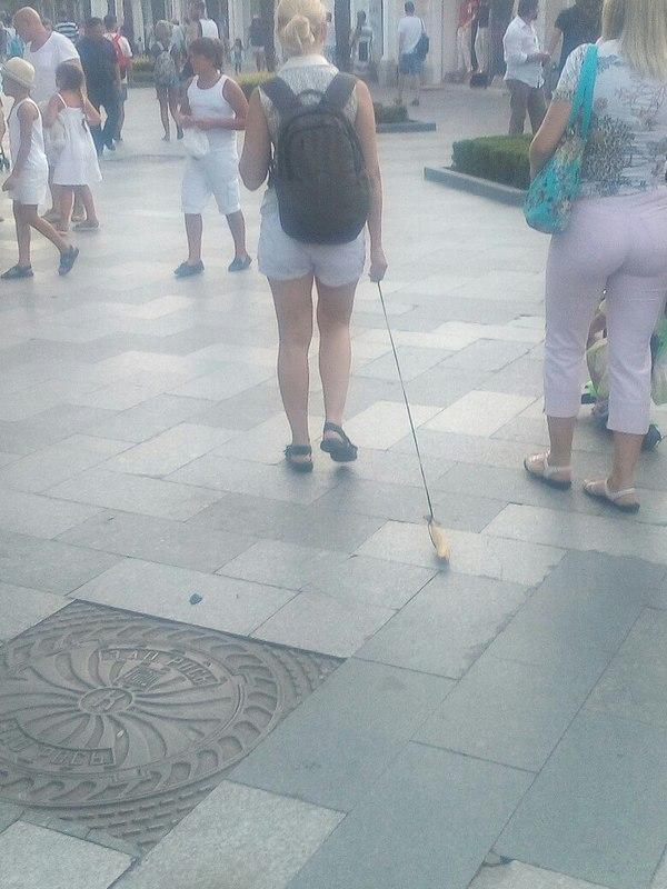 На набережной Ялты девушка на поводке выгуливала банан банан, Ялта, новости, прикол