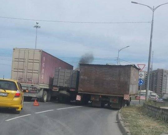В Якутске грузовик застрял между двух большегрузов