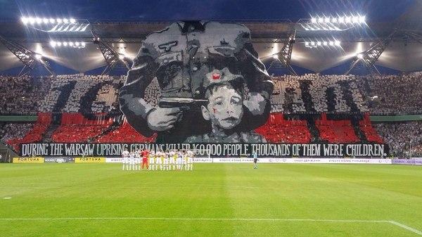 Перформанс фанатов Легии (Варшава, Польша) на матче Лиги Чемпионов футбол, поляки, немцы, фанаты