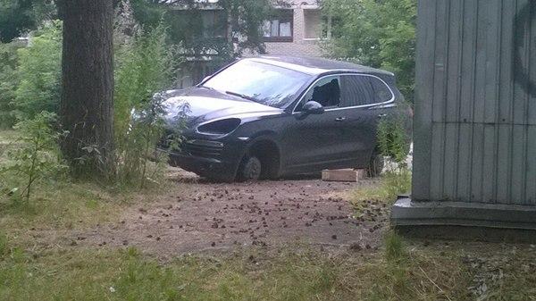 Выхожу сегодня утром на работу, и смотрю на новенький Порш соседа... Место съемки г.Щелково. Porsche, Porsche cayenne, Грабеж, Криминал