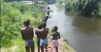 Веселое купание в реке