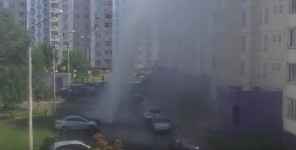 В Гомеле прорвало трубу, столб воды поднялся выше девятиэтажки Беларусь, Гомель, Прорыв трубы, Видео