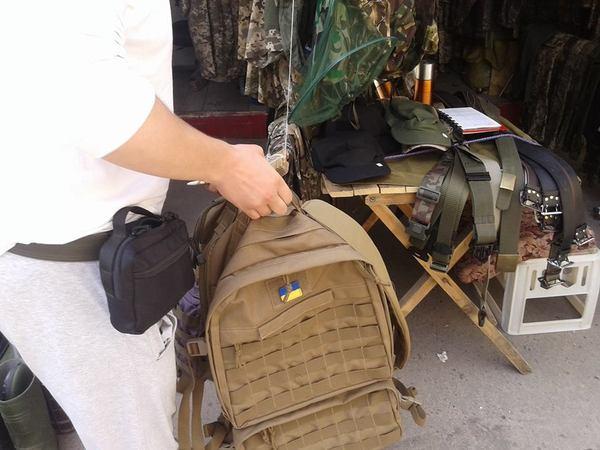 Херои АТЫ, на львовском базаре, торгуют армейской амуницией, рюкзаками и прочим. Украина, 404, политика, укроСМИ, фотография, зрада, длиннопост