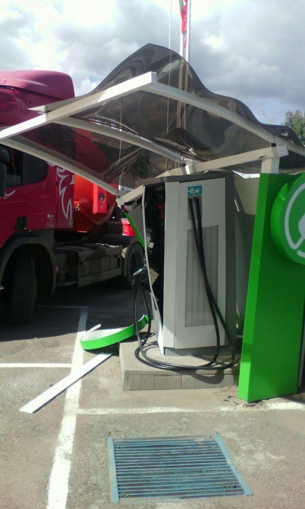 Недавно в нашем городе поставили зарядку для электромобилей, сегодня в неё въехал бензовоз) Бензовоз, Альметьевск, Электромобиль, Татнефть, Длиннопост