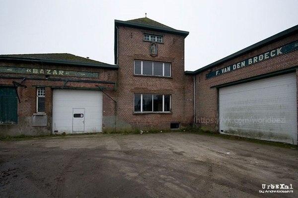 Заброшенный гараж с автомобилями (Бельгия, Хейст-оп-ден-Берг). гараж, мир без людей, заброшенное, длиннопост