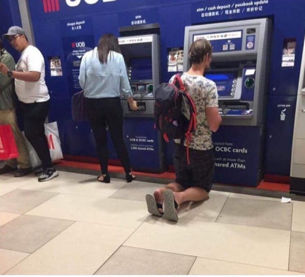 Просто немец у банкомата в Юго-Восточной Азии