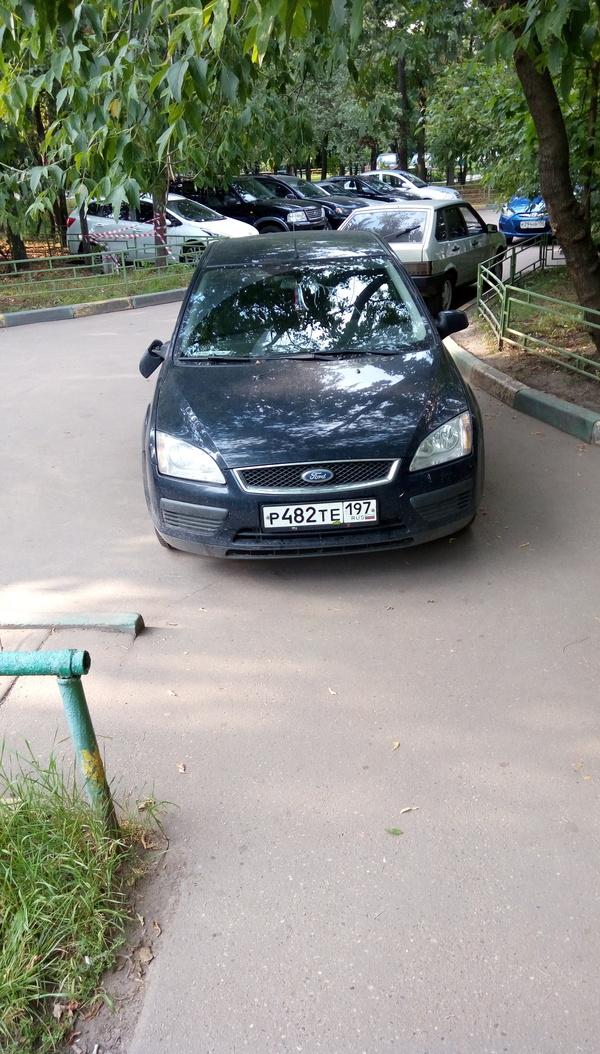 Водятел припарковался и был наказан.