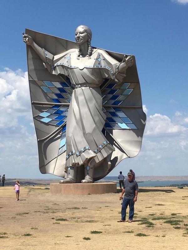 """Статуя """"Достоинство"""" в Южной Дакоте"""