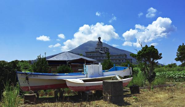 Вид на заброшенный отель и гору Хатидзёфудзи япония, остров, заброшенный отель, отпуск, хатидзё, горы