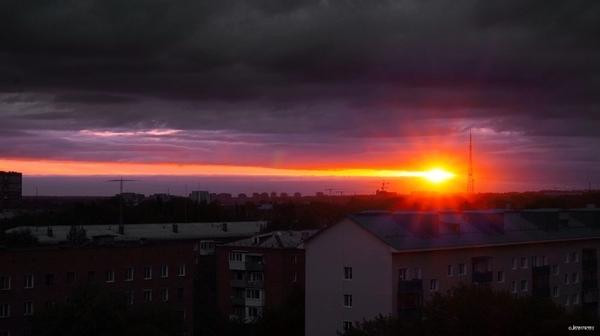 Закат в виде падающего метеорита над Омском, 11.08.17 омск, Россия, закат, красивое, Небо, Интересное, фотография