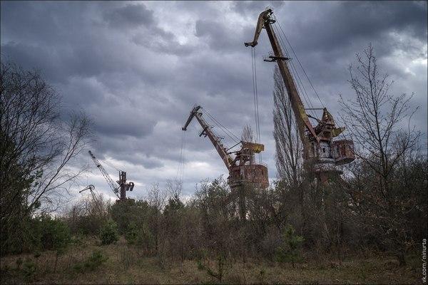 Грузовой порт Припяти. урбанфото, сталкер, припять, постапокалипсис, грузовой порт, портовые краны, чернобыльская зона, кран, видео, длиннопост