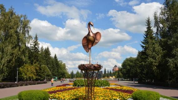 В центре Барнаула установили двухметрового аиста Барнаул, Аист, скульптура