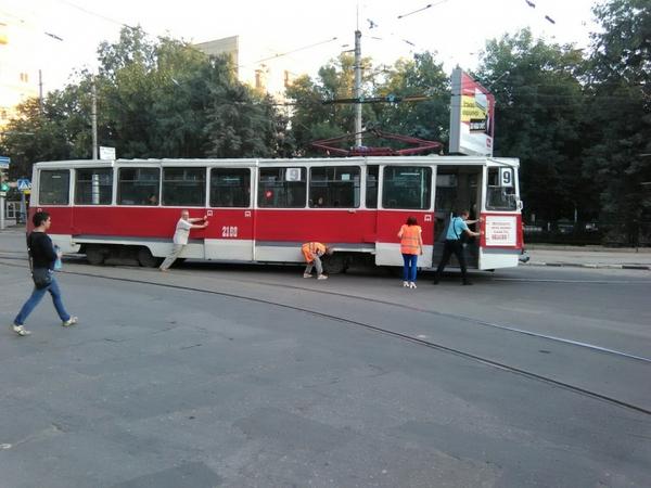 Два саратовских мужика сдвинули с места восемнадцатитонный трамвай Саратов, Омск, противостояние, трамвай, толкали, мужики